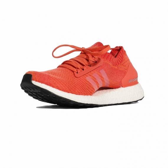 خرید کفش آدیداس زنانه مدل اولترا بوست با رویه جورابی نارنجی و لایه میانی سفید بسیار سبک از نما 3رخ جلو پا چپ