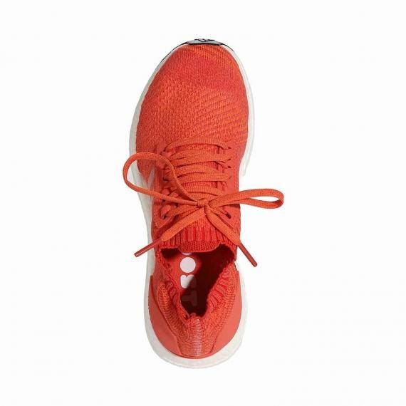 کفش ورزشی جورابی زنانه مخصوص باشگاه و رانینگ با رویه مقاوم و بندهای نارنجی از نمای روبرو پا چپ ایستاده