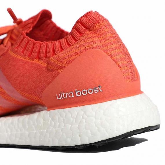 درج نام فناوری Ultra Boost در کناره کفش ادیداس زنانه نارنجی با لایه میانی سفید