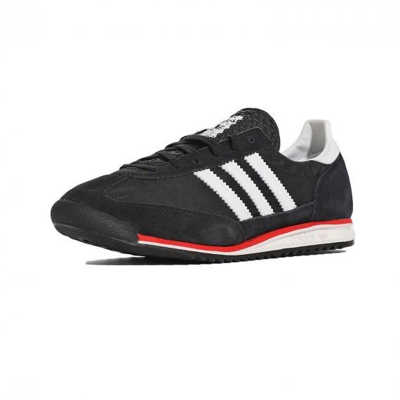 کفش ادیداس اسپرت مردانه مشکی از جنس چرم و جیر مخصوص دویدن و روزمره با بندهای سیاه از نما 3رخ جلو پا چپ