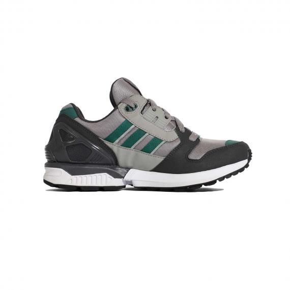 کفش آدیداس سیاه و توسی با سه خط سبز داخل پای چپ از بغل