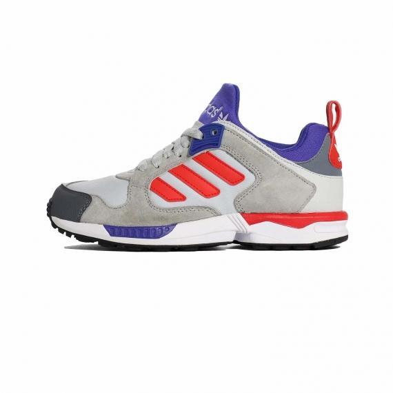 کفش zx5000 آدیداس از جنس مش و چرم مصنوعی طوسی با لایه میانی سفید، قرمز و آبی، 3خط قرمز در کنار کفش، زبانه آبی و جلوی پنجه پا مشکی