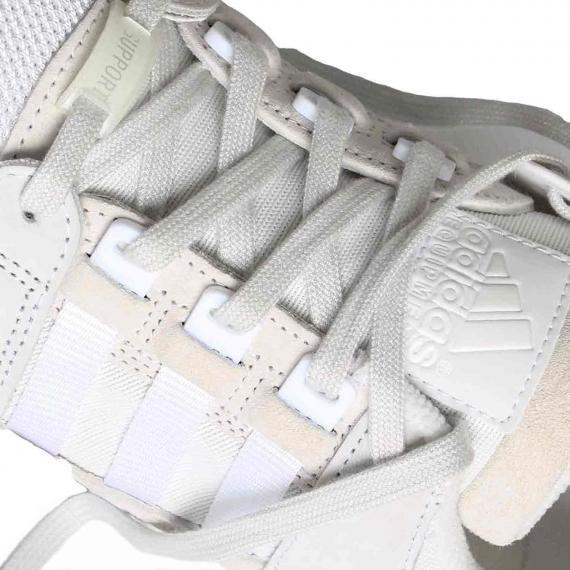 کفش کتونی ادیداس بندی سفید با نام adidas Equipment بر زبانه و لیبل support انتهای بندهای از نمای نزدیک