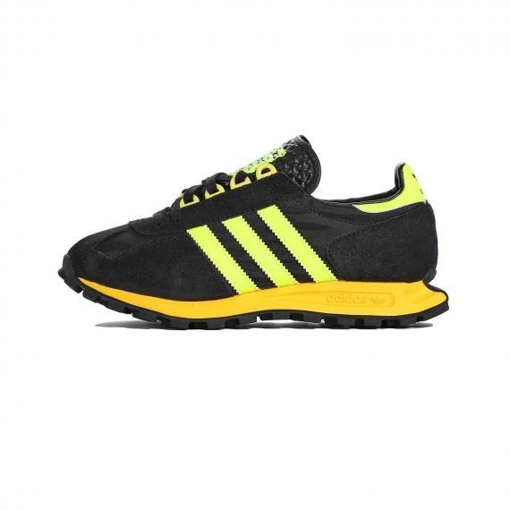 کتونی ورزشی ادیداس مشکی با رویه جیر و مش همراه با 3 خط زرد در کناره کفش و لایه میانی زرد رنگ با زیره اج دار سیاه و درج نام Adidas در پشت و زبانه
