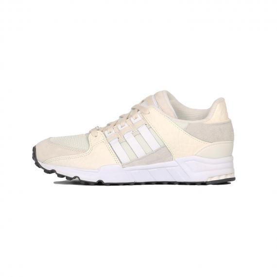 کفش ادیداس اسپرت بندی سفید و کرمی از جنس مش، جیر و الیاف مصنوعی همراه با زیره لاستیکی سفید و 3 خط سفید در کناره کفش و دوخت نام Adidas در پشت پاشنه