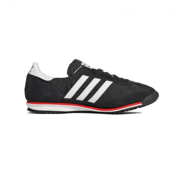 کفش ادیداس اس ال 72 مشکی و سفید مخصوص دویدن با لایه میانی سفید و خط قرمز در حاشیه از نمای داخل پا چپ