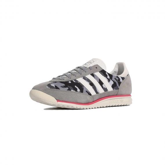 کفش اس ال 72 چیریکی طوسی و سفید بسیار با کیفیت و اورجینال مخصوص دویدن و رانینگ از نما 3رخ جلو پا چپ