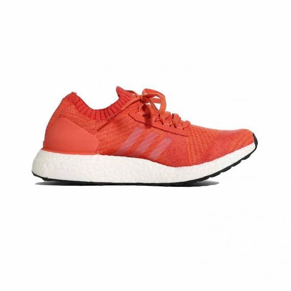 کفش آدیداس زنانه نارنجی و سفید با زیره بوست و رویه بافت جورابی بسیار شیک از نما داخل پا چپ