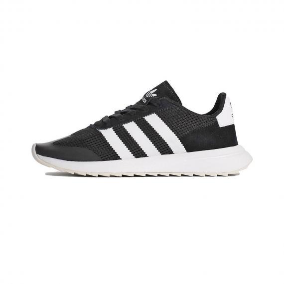 کفش اسپرت آدیداس مدل فلش بک با رنگ تماما مشکی و 3خط سفید در دو طرف کتانی با رویه مش و چرم نبوک با لایه میانی سفید مخصوص ورزش و پیاده روی