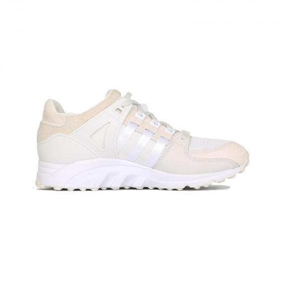 کفش ادیداس ورزشی کرمی و سفید بسیار نرم و راحت برای استفاده روزمره با لایه میانی و بندهای سفید از نمای داخل پای چپ