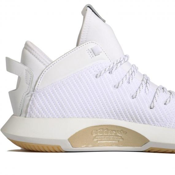 کفش بسکتبال اورجینال ادیداس با رویه پرایم کنیت سفید و چرم با نام adidas طلایی در کنار زیره از نمای نزدیک بغل پاشنه