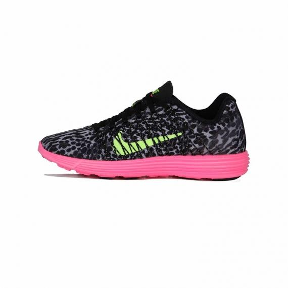 کتونی ورزشی و اسپرت نایک با رویه پلنگی مشکی و لایه میانی صورتی همراه با لوگوی Nike زرد در کناره و زبانه کفش