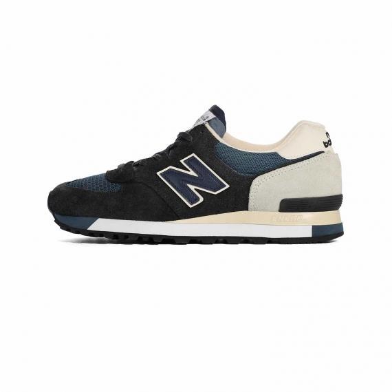 کتانی نیوبالانس 575 مردانه پسرانه سورمهای و مشکی همراه با نماد N در کناره کفش از نمای بیرون پای چپ