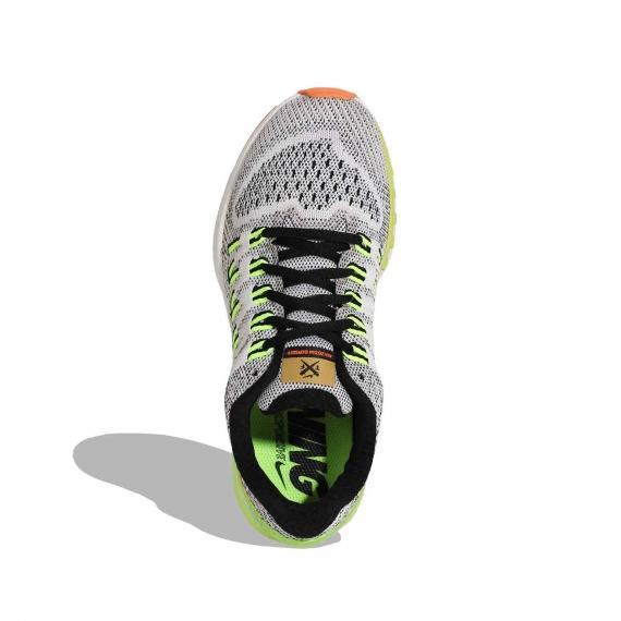 رویه کفش ایر زوم با بندهای مشکی و رویه مشبک سفید و مشکی همراه با پارچه داخلی و غلابهای ابتدای بند زرد رنگ از نمای بالای کفش