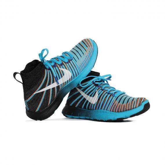 خرید کفش نایک اورجینال مخصوص تمرین و ورزش سنگین با رویه انعطاف پذیر و زیره مقاوم که پای چپ با لنگه پای راست تکیه داده است