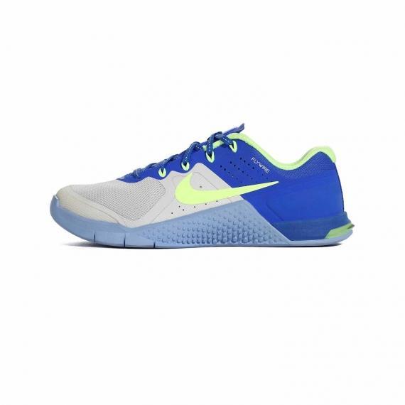 کفش نایک مدل متکون 2 با رنگ طوسی و آبی تیره با لایه میانی آبی روشن و بندهای آبی همراه با پارچه داخلی و نماد Nike سبز رنگ
