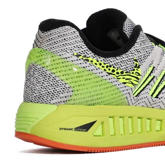 کفش نایک ایر زوم از نمای نزدیک پشت کتانی همراه با درج فناوری Dynamic supprt و لایه میانی زرد