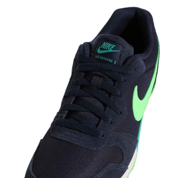 رویه کفش بندی زنانه و مردانه نایک مناسب استفاده روزمره و پیاده روی با درج برچسب Nike MD Runner 2 بر زبانه