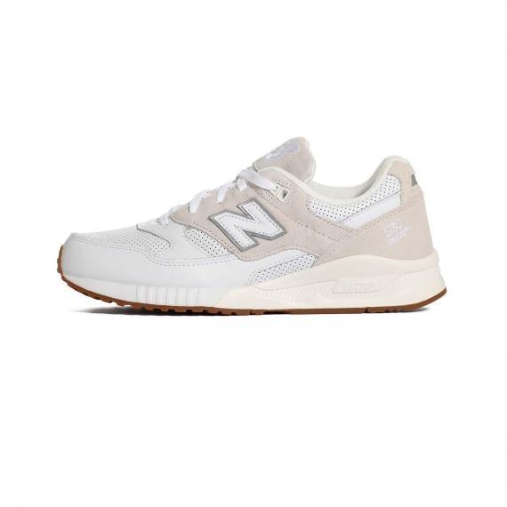 کفش نیو بالانس اسپرت از جنس چرم جیر و مش کرم و سفید همراه با زیره لاستیکی قهوهای روشن و درج مدل 530 Encap و حرف N سفید در کناره کفش