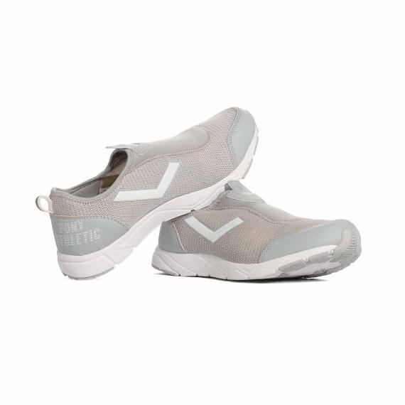 کتانی ورزشی بدون بند طوسی بسیار شیک و با کیفیت مخصوص افرادی که اضافه وزن دارند که پای چپ لبه لنگه پای راست قرار گرفته