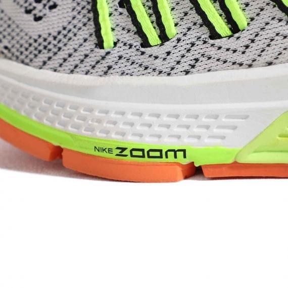 نمای نزدیک از پنجه کتانی نایک با لایه میانی سفید و زرد و زیره لاستیکی نارنجی همراه با درج نام Nike Zoom بر لایه میانی