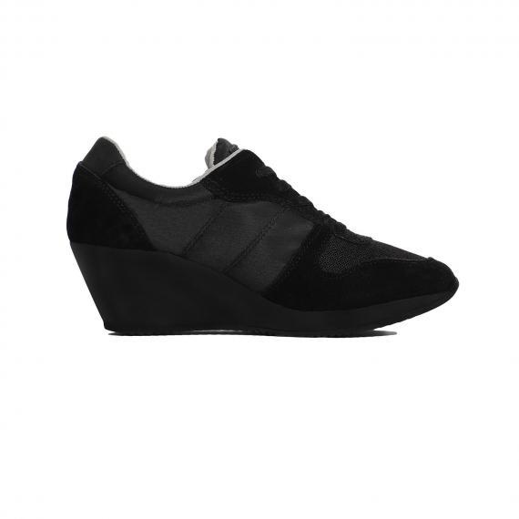 کفش زنانه لژ دار مشکی رنوما Renoma  مخصوص استفاده روزانه و پیاده روی بسیار راحت از نمای داخل پا چپ از بغل