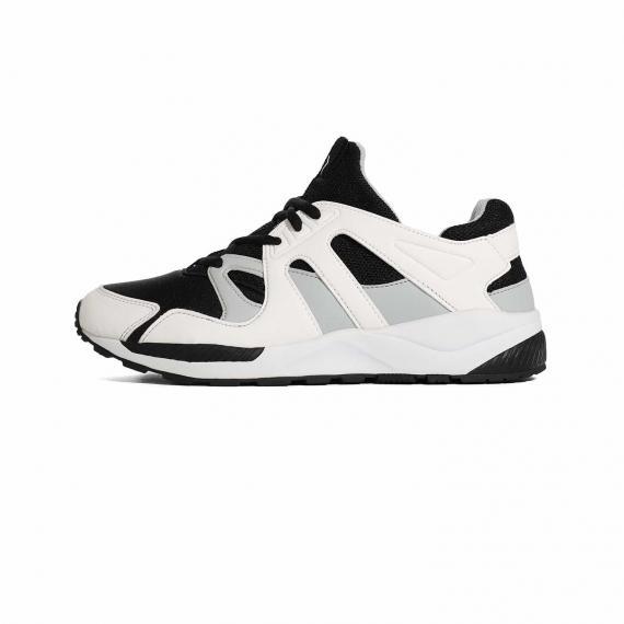 کفش ورزشی مناسب پیاده روی روزمره پونی با رویه مش و زیره لاستیک طبیعی و ترکیب رنگ سفید، مشکی و طوسی با زیره طبی مشکی و بندهای مشکی
