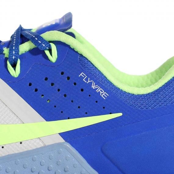 فناوری Flywire درج شده در کناره کفش با قلابهای سبز رنگ در انتهای بندها برای ثبات پا در حین فعالیتهای ورزشی