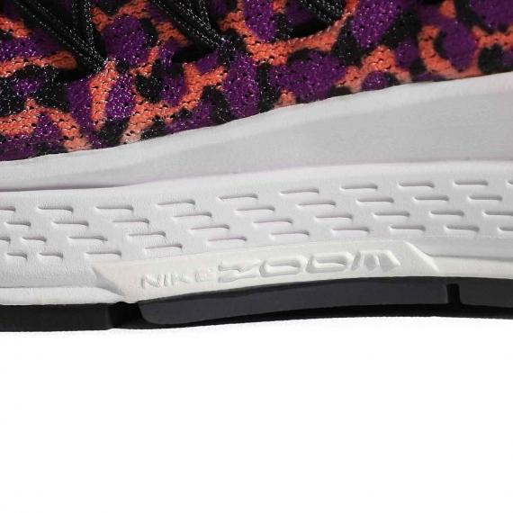 کتانی نایک با فناوری nike zoom در لایه میانی برای افزایش نرمی و راحتی با درج بر لایه میانی سفید در کناره کتانی