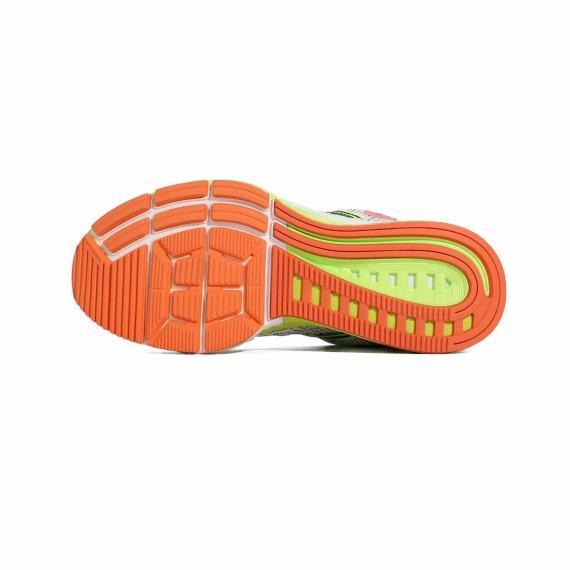 زیره کفش نایکی از جنس لاستیک نارنجی، زرد و سفید همراه با اج و شیار برای جلوگیری از لیز خوردن و ایجاد چسبندگی