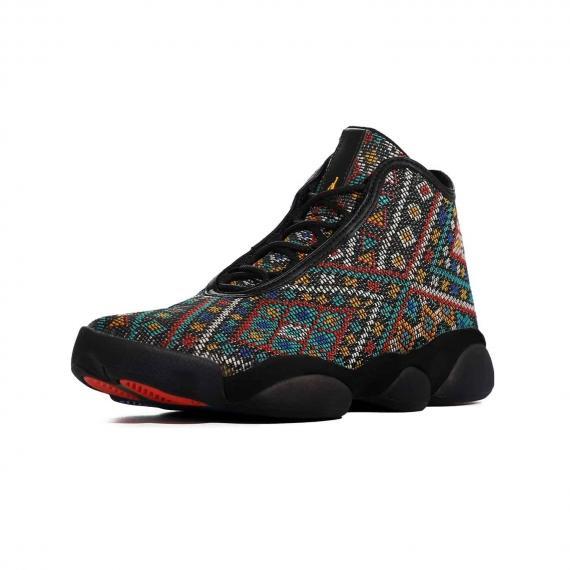 کفش نیم بوت ساق دار با طرح سنتی بسیار شیک و خاص از برند نایکی مناسب با بندهای مشکی از نما 3رخ جلو پا