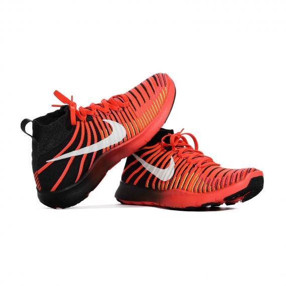کفش ورزشی مردانه نایک با رویه تنفس پذیر و سبک مِش بسیار نرم و راحت که پای چپ با لنگه پای راست تکیه داده