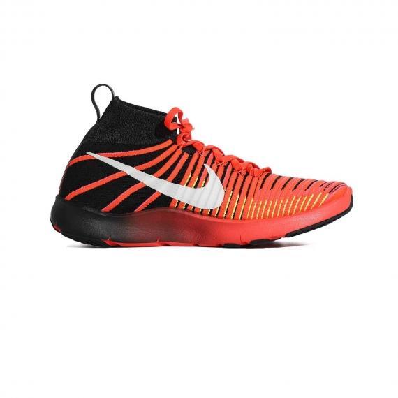 کفش ورزشی بسکتبال مردانه با درج لوگوی سفید Nike در کناره کفش از نمای داخل پای چپ از بغل