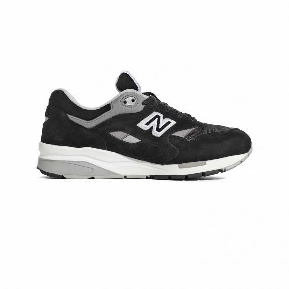 کفش نیوبالانس اسپرت مردانه و زنانه مخصوص فیتنس و رانینگ با رنگ مشکی و طوسی از نمای داخل پای چپ