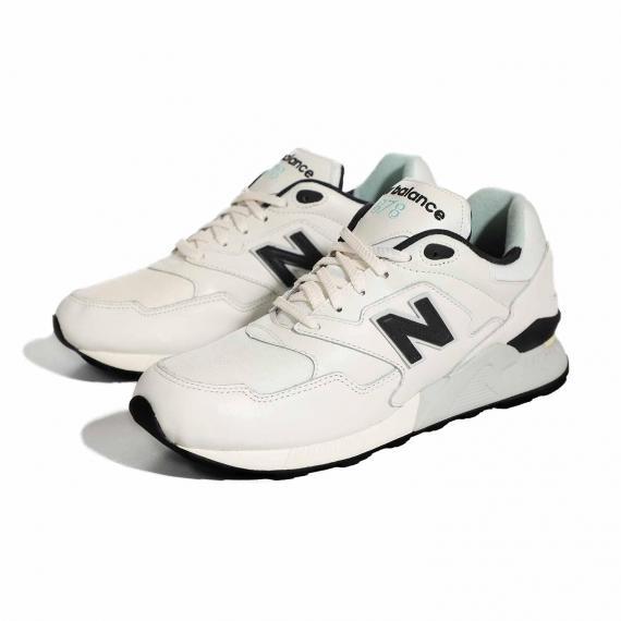کفش رانینگ نیوبالانس اسپرت با رویه الیاف مصنوعی و مِش سفید با بندهای سفید از نمای 3رخ کتانی جفت شده کنار هم