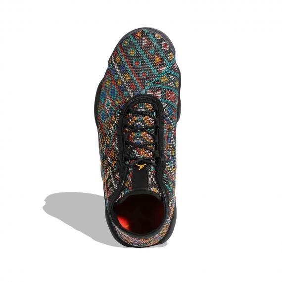 کفش بسکتبال ایر جردن با طرح فرش با زیره و لایه میانی لاستیکی مشکی بسیار سبک و مقاوم از نمای روبرو پا چپ ایستاده