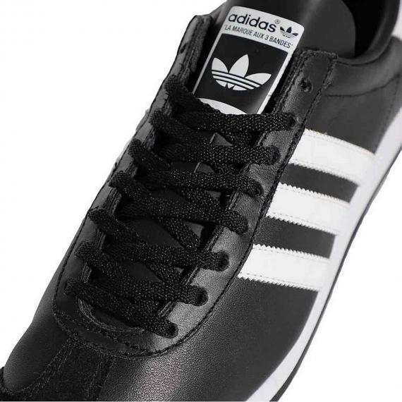 کفش ادیداس کانتری کلاسیک با بندهای مشکی و رویه چرم مشکی بسیار سبک برای کاهش فشار بر پا از نمای نزدیک رویه