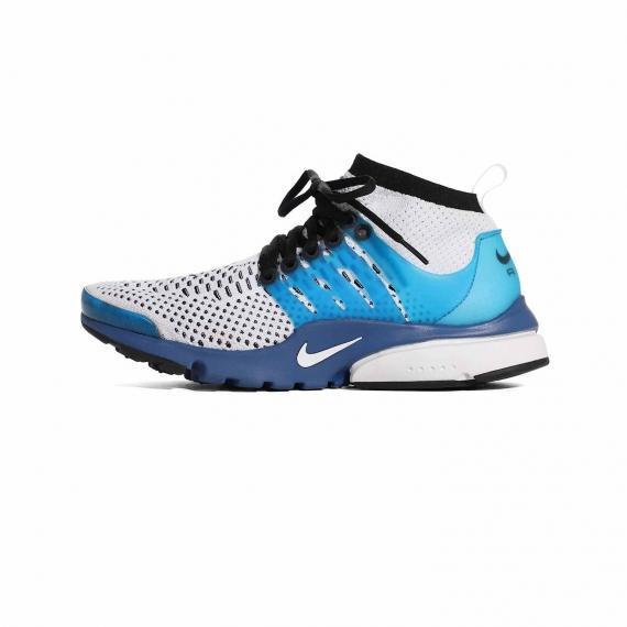 کتانی بندی مخصوص بسکتبال نایک سفید آبی با رویه مشبک همراه با لایه میانی آبی تیره با بندهای مشکی با درج لوگوی Nike در رویه و کناره کفش