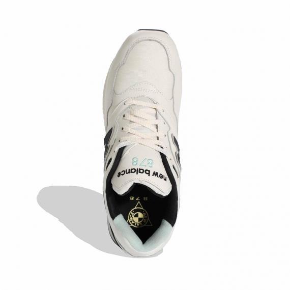 کتونی سفید اسپرت مناسب دویدن و رانینگ برای پنجه پای پهن از نمای روبه روی پای چپ ایستاده
