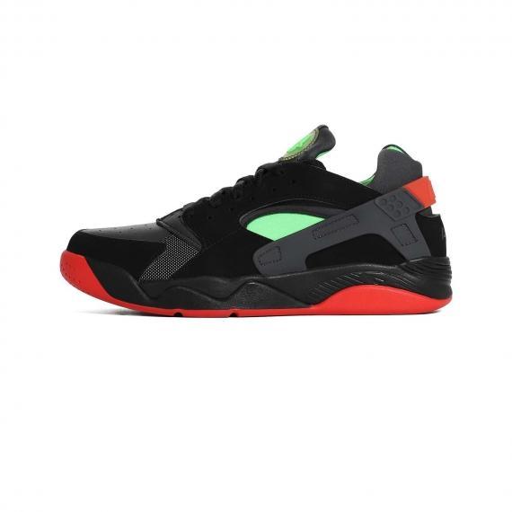 کفش اسپرت نایک ضد آب و مقاوم با رنگ مشکی و سبز همراه با بندهای مشکی، زیره لاستیکی قرمز سبز و سیاه