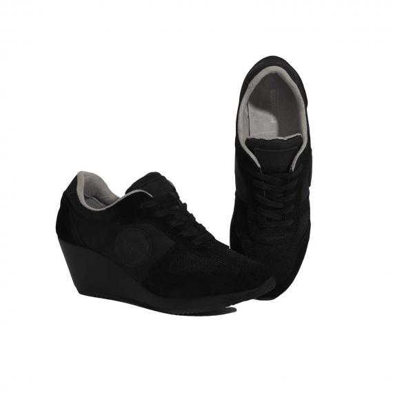مدل کفش لژ دار جلو بسته با رنگ مشکی از جنس جیر و مش بسیار سبک و با کیفیت از نما روبرو پا چپ ایستاده کنار پا راست