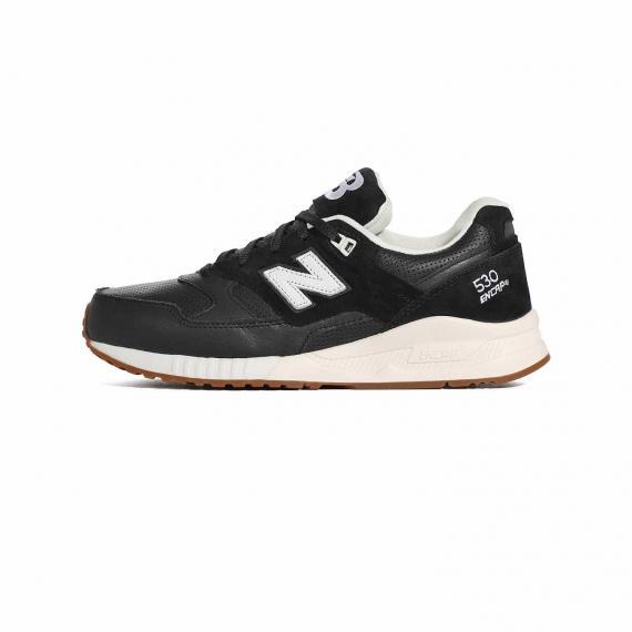کتونی مردانه نیو بالانس مشکی از جنس جیر و چرم مصنوعی با لایه میانی سفید، بندهای مشکی و نماد N نیو بالانس و مدل 530 encap درج شده در کناره کفش