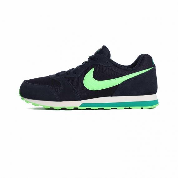 کتونی نایک سورمهای با لایه میانی سفید و زیره لاستیکی آج دار سبز همراه با نماد Nike سبز رنگ بر روی زبانه و کناره کتانی