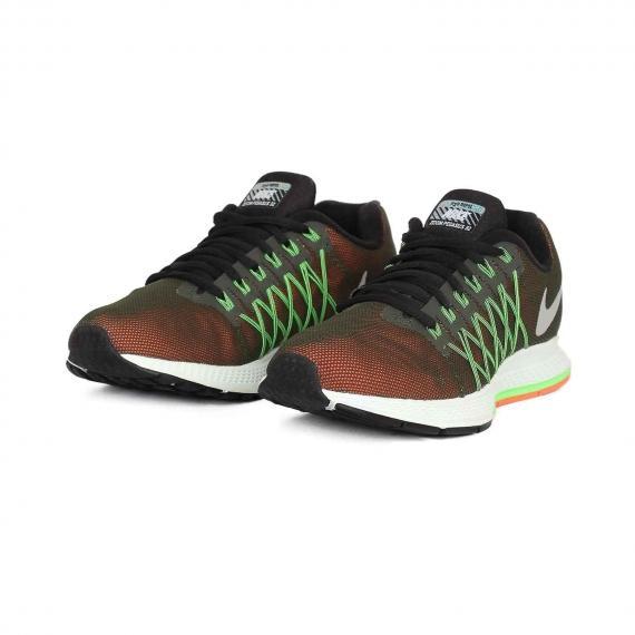 کفش نایک راحت و سبک برای افراد دارای اضافه وزن و مشکلات کمر و زانو از نمای 3 رخ کتانی جفت شده از رو به رو
