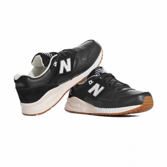 کتونی اسپرت و ورزشی نیوبالانس اصل مخصوص دویدن و روزمره بسیار بادوام و با کیفیت که پای چپ روی پا راست تکیه داده است