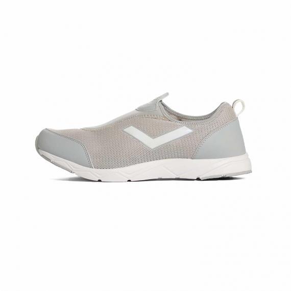 کفش پونی آکوا طوسی به همراه استفاده از پارچه مِش (Mesh) کرمی در رویه و لوگوی پونی سفید در کنارههای کتانی