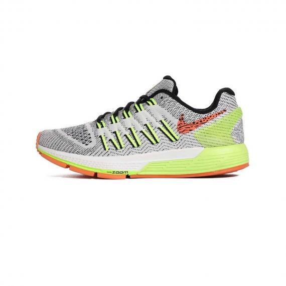 پیاده روی زنانه با رویه مشبک سفید و مشکی همراه با بخشهایی زرد رنگ و نماد Nike نارنجی در کناره کفش از نمای بیرون پای چپ از بغل