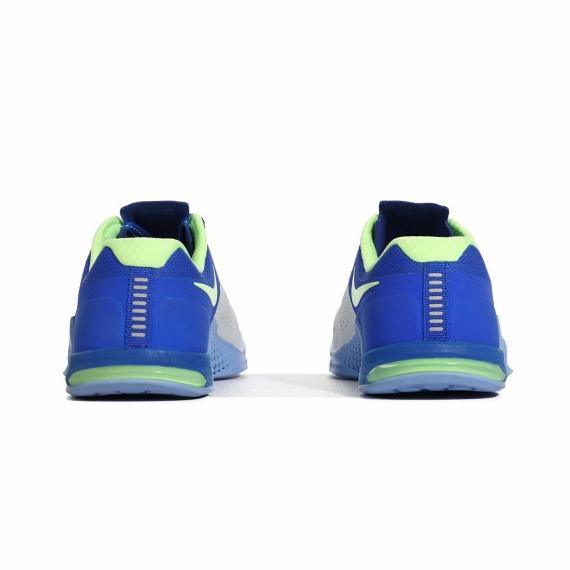 کفش زنانه نایک مناسب باشگاه با فناوری فلکس گرووز در زیره برای درمان خار پاشنه از نمای پشت کتانی جفت شده