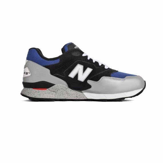کفش اسپرت نیوبالانس ابی و مشکی و توسی مدل 878 کلاسیک تردیشنالز با درج نام N سفید در دو طرف از نمای داخل پای چپ