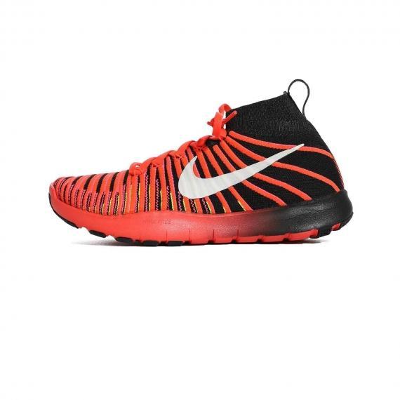 کتونی مخصوص فیتنس و بسکتبال نایک قرمز و مشکی با بندهای قرمز و زیره لاستیکی قرمز و مشکی همراه با لوگوی Nike سفید در کناره کفش